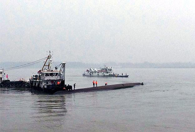 458 kişiyi taşıyan gemi battı