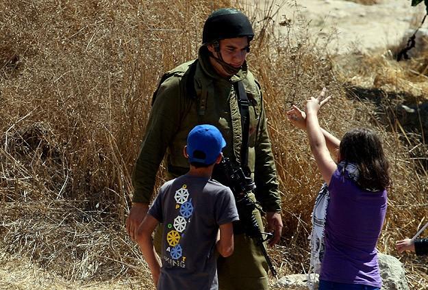 İsrail 4 Filistinli çocuğu gözaltına aldı