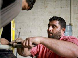 Gözlerini kaybeden Gazzeli kaportacılığa devam ediyor