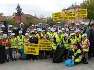 Çevre gönüllüsü öğrenciler iş başında