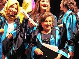 71 yaşında fakülteden birincilikle mezun oldu