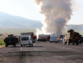 Teröristler yol kesip iş makinesi yaktı