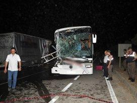 Yolcu otobüsü tıra çarptı 33 kişi yaralandı