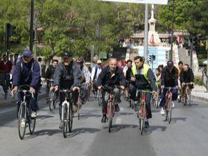 Konyanın tarihi yerlerini bisikletle geziyorlar