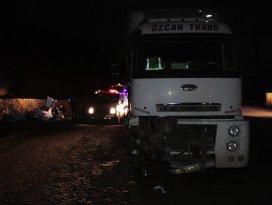 Erzincanda tır ile otomobil çarpıştı: 5 ölü