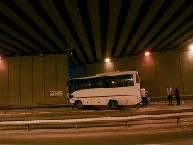 Konyada servis midibüsü duvara çarptı: 15 yaralı