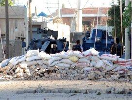 Diyarbakırda polise roketatarlı saldırı: 1 şehit, 1 yaralı