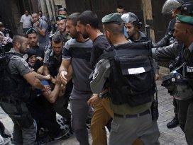 İsrail askerleri yasağa direnen cemaate saldırdı