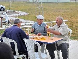 Akşehir Belediyesi'nden hayvan pazarında çorba ve çay ikramı