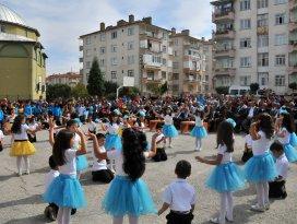 Akşehir Belediyesi'nden öğrecilere çanta ve kırtasiye seti