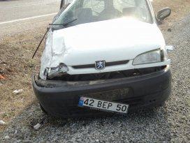 Beyşehirde hafif ticari araç devrildi: 2 yaralı