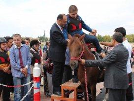 Özel çocukların at binme heyecanı