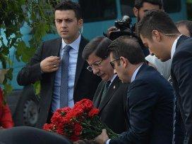 Başbakan Davutoğlu Ankara Garı önüne karanfil bıraktı
