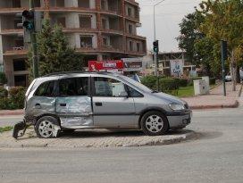 Yolcu minibüsü ile otomobil çarpıştı: 1 yaralı