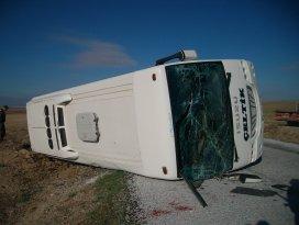 Çeltik'te servis midibüsü devrildi: 1 yaralı