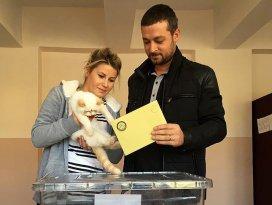 Oy kullanmaya kedileriyle geldiler
