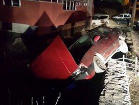 Drift atan otomobil bahçe duvarına çıktı