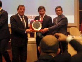 Altınekin ödülünü Başbakandan aldı