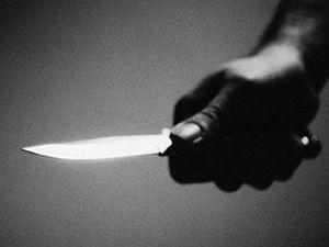 Bakkaldan evine giderken bıçaklandı