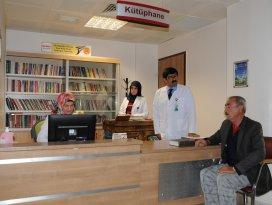 Hastaların odasına kitap hizmeti veren hastane