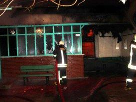 90 yıllık cami çıkan yangında kül oldu