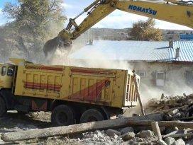 Beyşehirde tehlike arz eden metruk binalar yıkılıyor