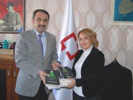 Paslı'ya İngilizce-Türkçe Kuran-ı Kerim meali hediye edildi