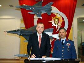 Erdoğan, Konya 3. Ana Jet Üs Komutanlığını ziyaret etti
