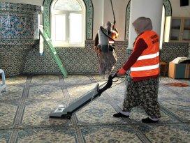Akşehir Belediyesi camileri temizliyor