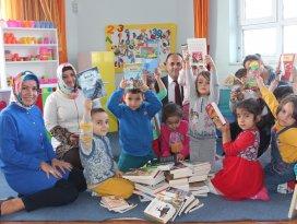 Beyşehirde belediyeden gezici mini kütüphaneye kitap desteği