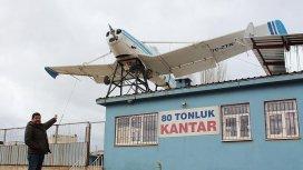 Hurda uçağı iş yerinin çatısında sergiliyor