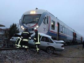Konyada tren otomobile çarptı: 1 ölü