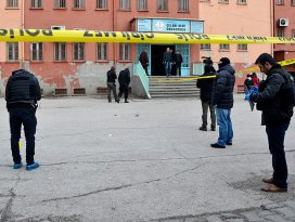 Diyarbakırda karne almaya gelen öğrencilere bombalı saldırı
