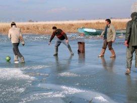Buz tutan gölü futbol sahasına çevirdiler