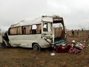 Suriyelileri taşıyan minibüs şarampole yuvarlandı