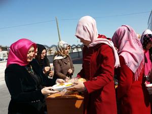 AK Parti kadın kollarından öğrencilere yemek ikramı