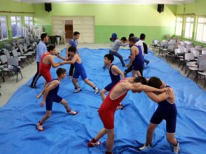 Küçük güreşçiler müsabakalara yatakta hazırlandı