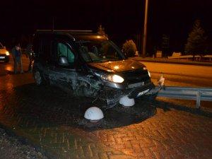 Hafif ticari araç bariyerlere çarptı