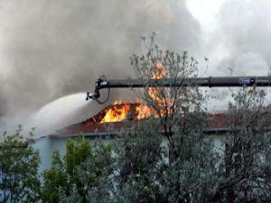 Boya fabrikası alev alev yandı