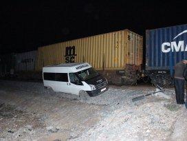 Konyada yük treni minibüse çarptı