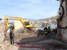 Beyşehirde çıkan yangında iki ev yanarak kül oldu