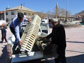 Seydişehir Belediyesi mezarlık ve taziye evleri için tabure dağıttı