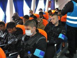 Sığınmacıları taşıyan ilk gemi Midilliden Dikiliye geldi