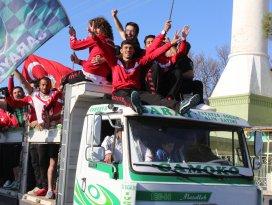 Kamyonda şampiyonluk kutlaması