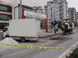 Kaldırımda bekleyen kadın kamyonetin altında kalarak öldü