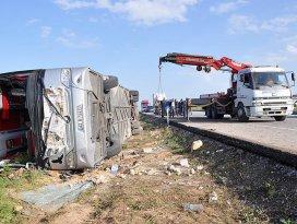 Yolcu otobüsü devrildi: 3 ölü, 40 yaralı