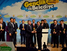 Başkan Akyürek, ödülünü Davutoğlunun elinden aldı