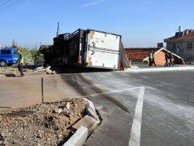 Kızartma yağı yüklü kamyon devrildi: 1 yaralı