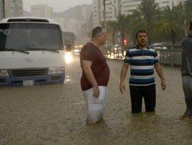 Suudi Arabistanda sel baskınları: 18 ölü