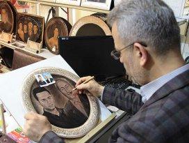 Bakır tabağa portreler yapıyor